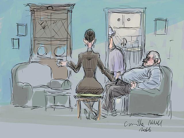 Une visiteuse teste la fermeté de la queue d'un retraité