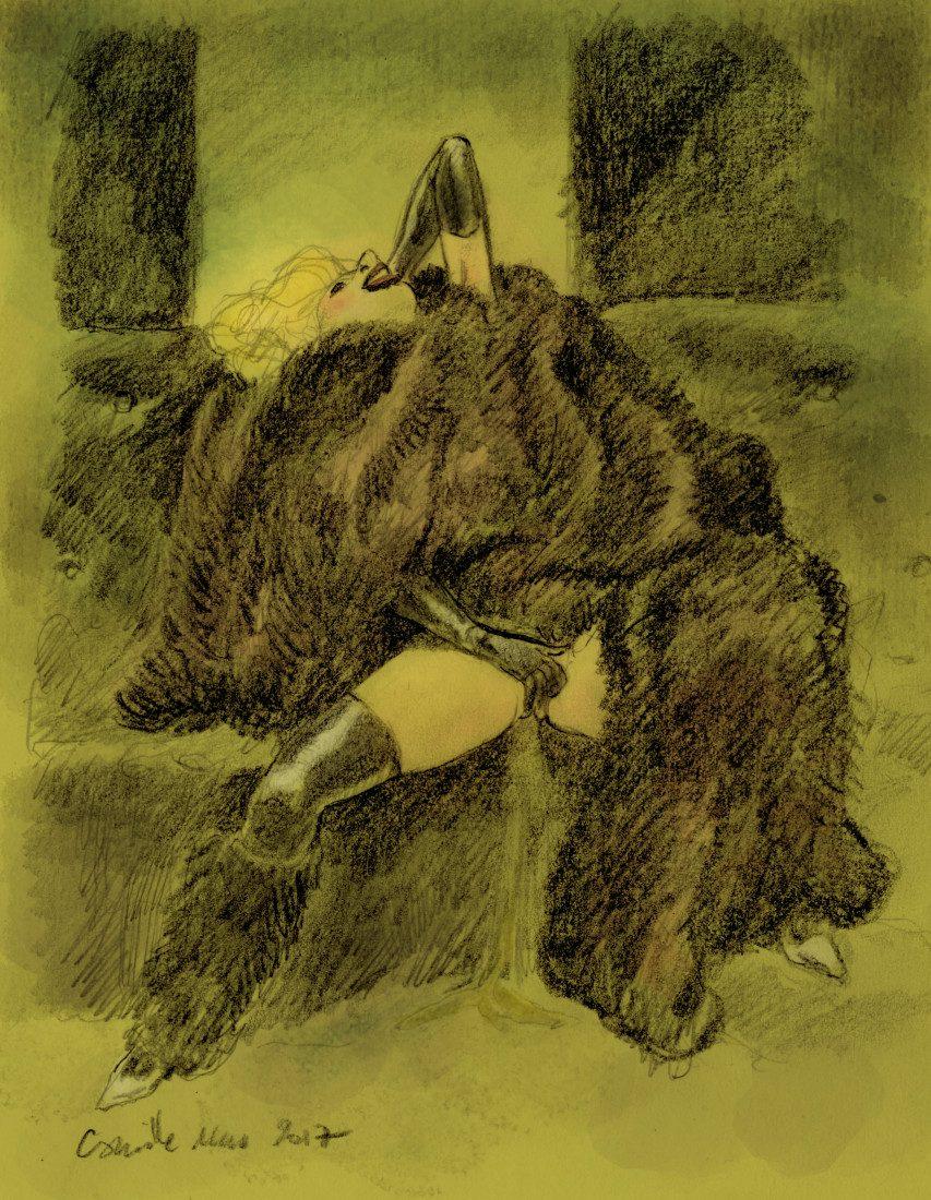 Une femme en fourrures et longs gants se caresse